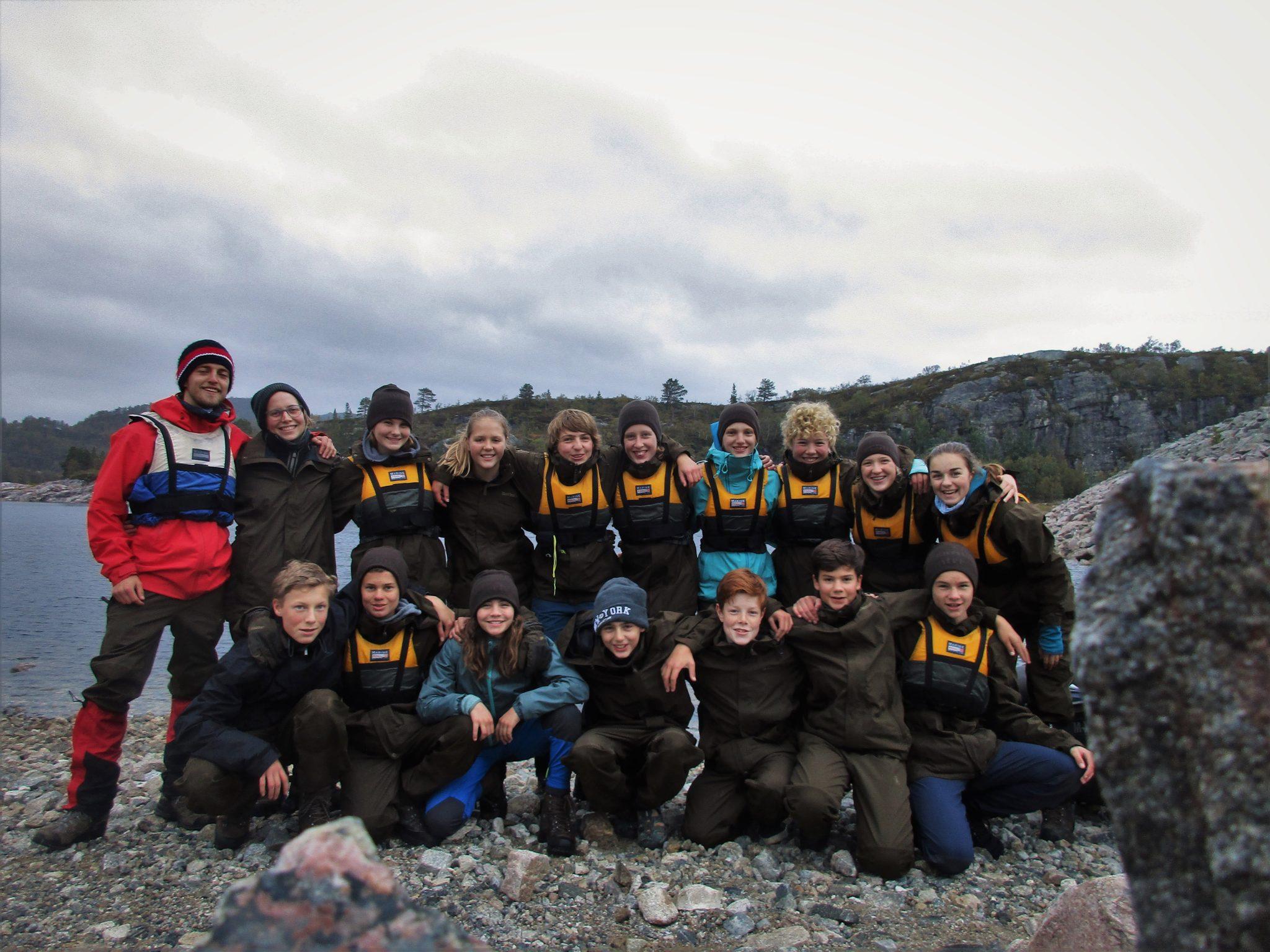 Gruppenfoto mit Jugendlichen und Tutor des 2019/20 Jahrgangs des Outdoor College in einer typischen norwegischen Felslandschaft mit einem See