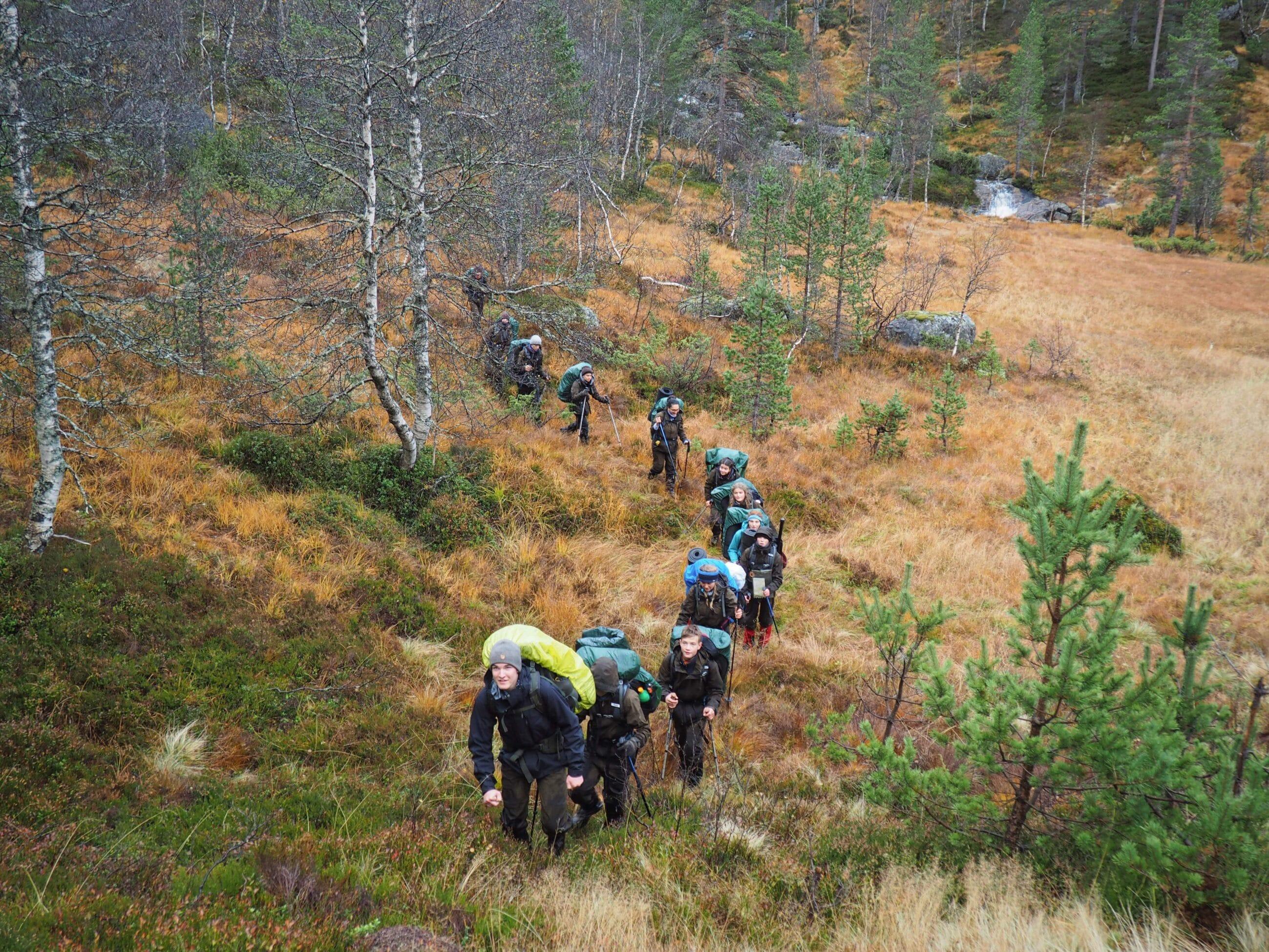 Gruppe Jugendlicher beim Hiking durch Steppenlandschaft
